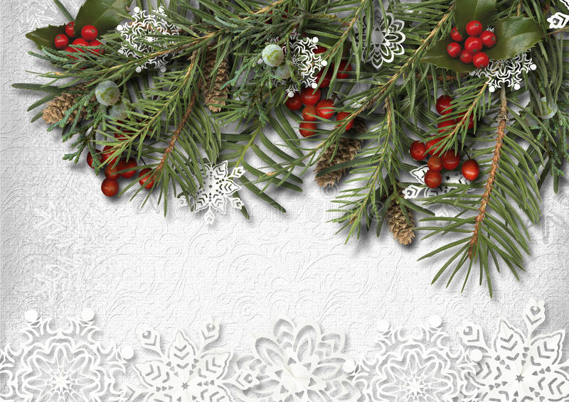 Julgranträd med Hooly och pappers- snöflinga på trä royaltyfria bilder