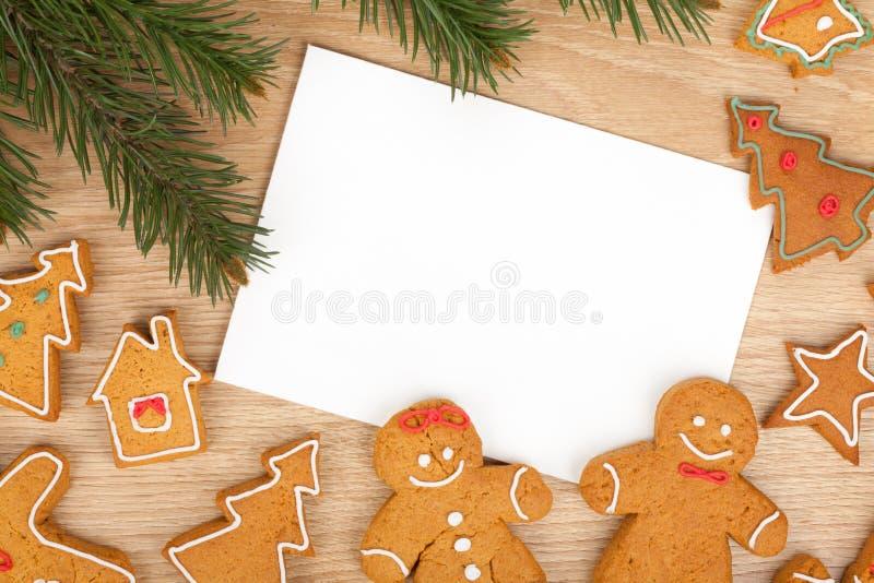 Julgranträd, pepparkakakakor och kort för kopieringsutrymme royaltyfri fotografi