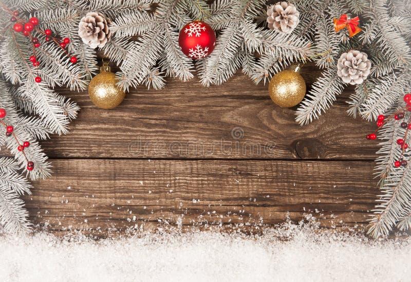 Julgrungetr?bakgrund med sn?grantr?det Sikt med kopieringsutrymme arkivbilder