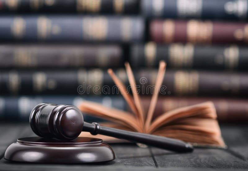 Julgue Gavel e o livro de lei em um fundo de madeira preto imagens de stock royalty free