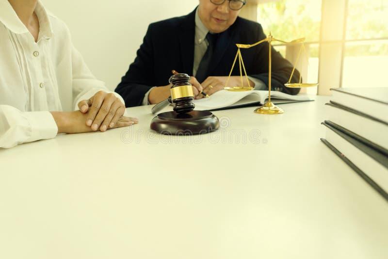 Julgue o martelo com advogados de justiça, o homem de negócios no terno ou o advogado imagens de stock royalty free