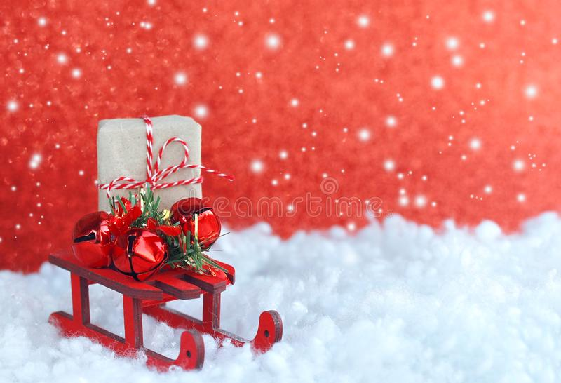 Julhälsningkort, leksakträsläde, dekorativa klockor, gi arkivfoton