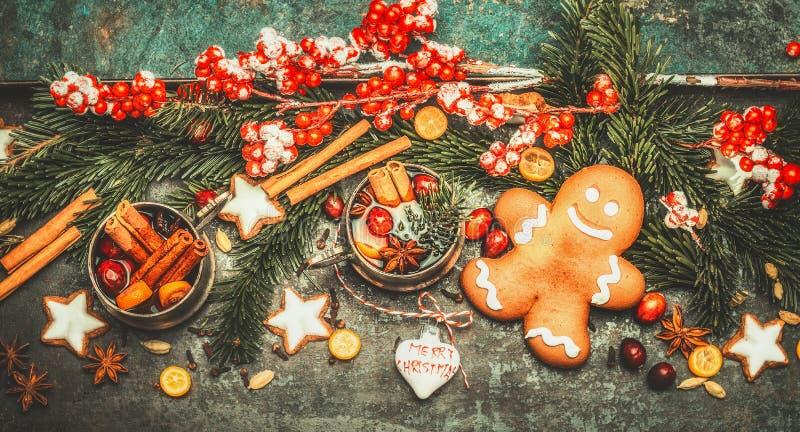 Julhälsningkort med den ljust rödbrun mannen, funderat vin och festlig garnering på mörk tappningbakgrund, bästa sikt royaltyfria bilder