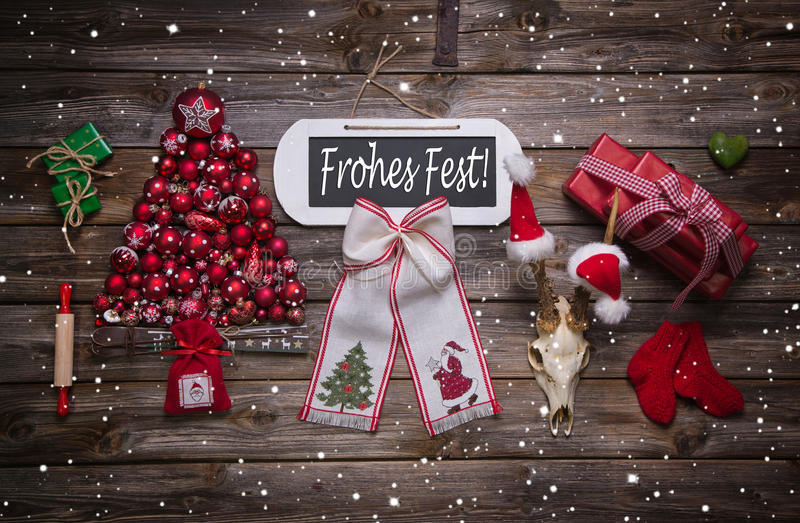 Julhälsningkort med lantlig garnering i rött: Glade Xma royaltyfria foton