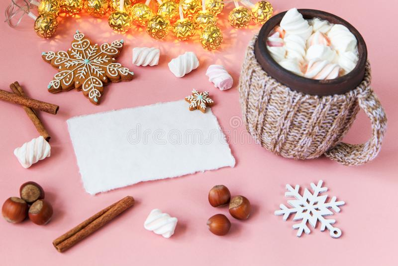 Julhälsningkort, varm choklad med marshmallowen, cinamon, snöflinga på ljus - rosa färgtabell Bästa sikt med kopieringsutrymme royaltyfria foton