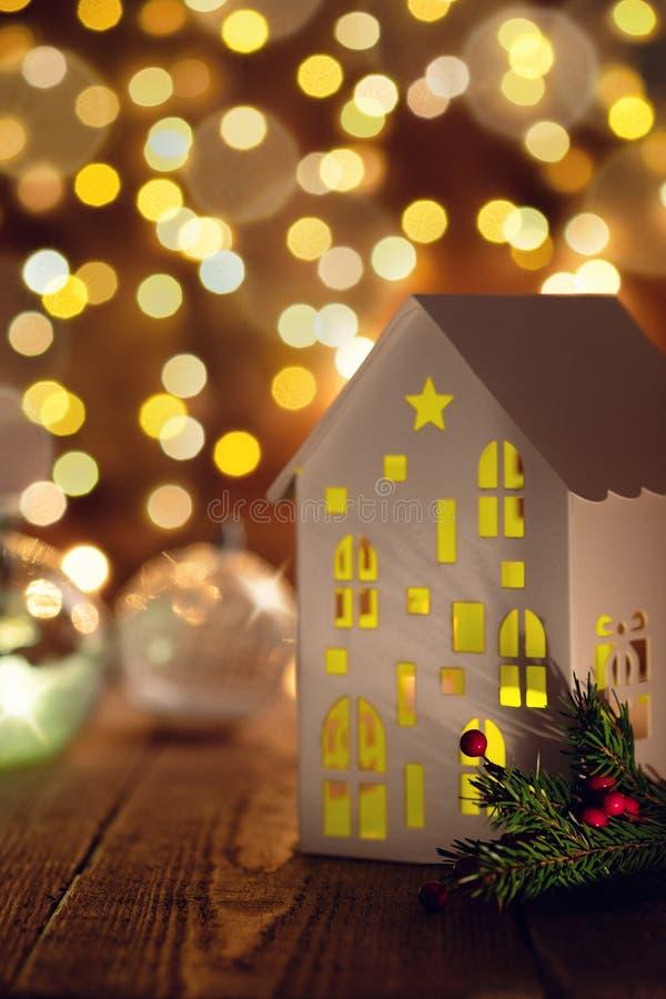 Julhelgdagsafton med en lykta i form av ett hus med en Chris fotografering för bildbyråer
