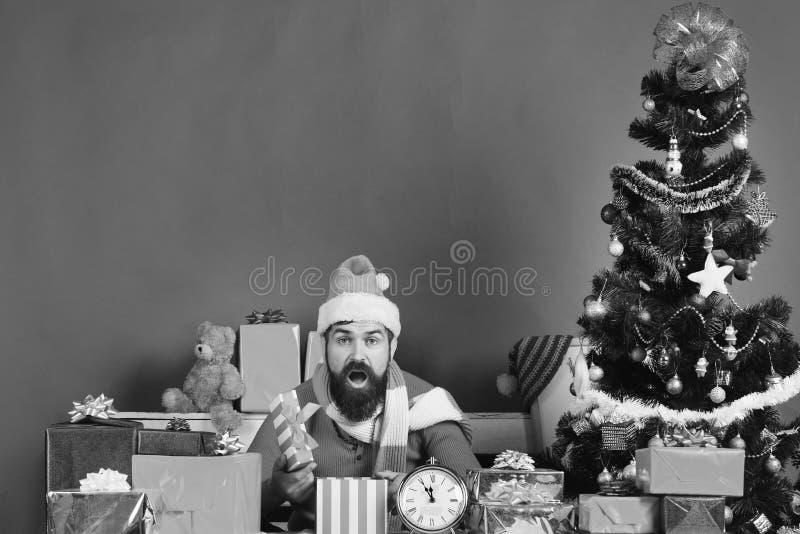 Julhelgdagsafton och gåvabegrepp Santa Claus öppnar gåvor arkivbild