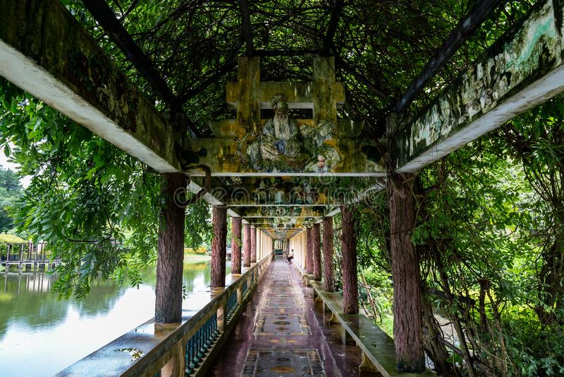 "Juli 2017 †""Kaiping, China †""bedeckte Torbogen im Gartenkomplex Kaipings Diaolou Li mit schönen chinesische Art Carvings lizenzfreie stockfotos"