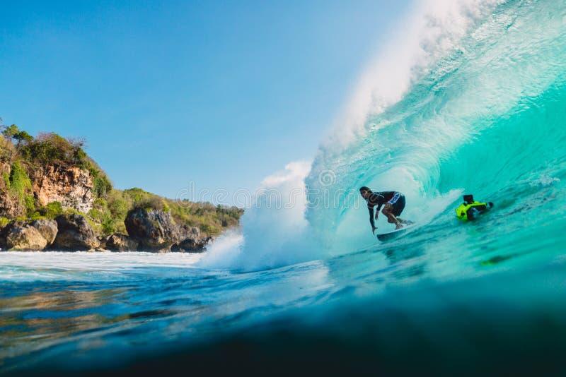 29 JULI, 2018 Bali, Indonesië Surferrit op vatgolf Het professionele surfen in oceaan bij grote golven royalty-vrije stock afbeelding