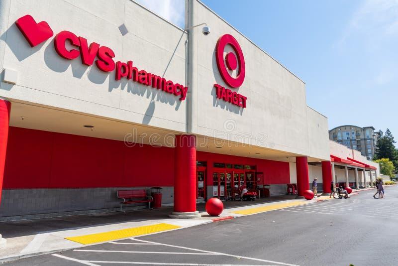Juli 30, 2018 Cupertino/CA/USA - ingång till en av måldiversehandeln som lokaliseras i södra San Francisco Bay område; CVS-apotek fotografering för bildbyråer