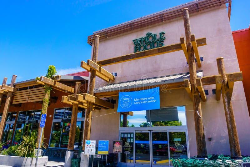 Juli 30, 2018 Cupertino/CA/USA - Whole Foods lager som visar en annons för främsta medlemavtal ovanför ingången fotografering för bildbyråer