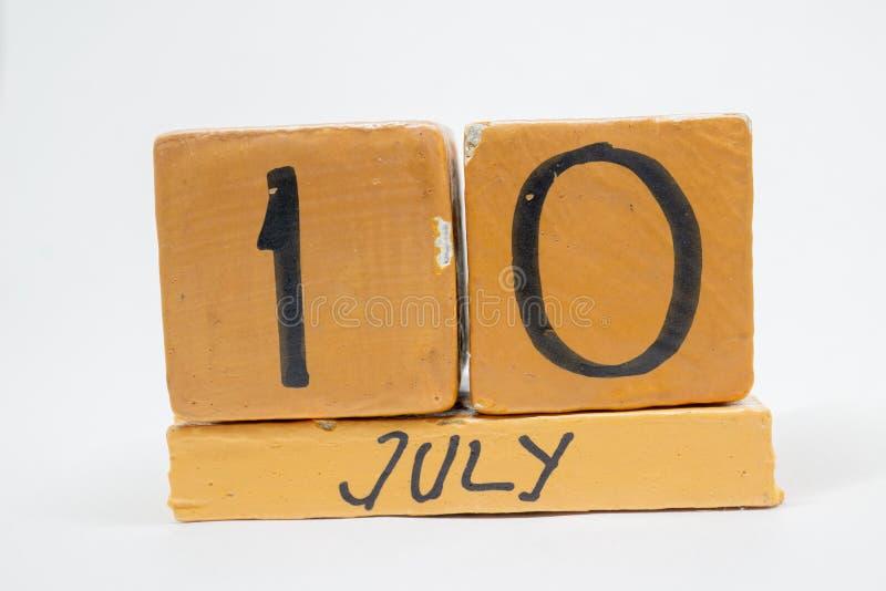 10 juli Dag 10 van maand, met de hand gemaakte houten die kalender op witte achtergrond wordt geïsoleerd zomermaand, dag van het  royalty-vrije stock afbeeldingen