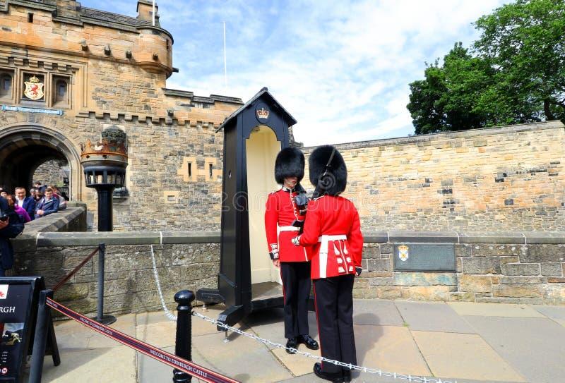 Juli 1, 2017: Edinburg England Brittiska kunglig personvakter, Skottland, Förenade kungariket vakt i röd likformig fotografering för bildbyråer