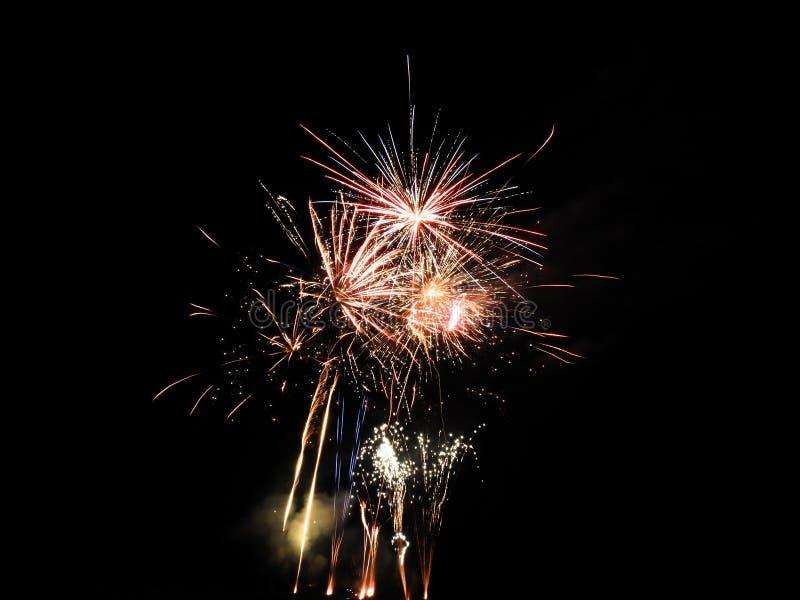 4. Juli Feuerwerke leuchten dem Himmel mit Bereich für Text lizenzfreie stockfotos