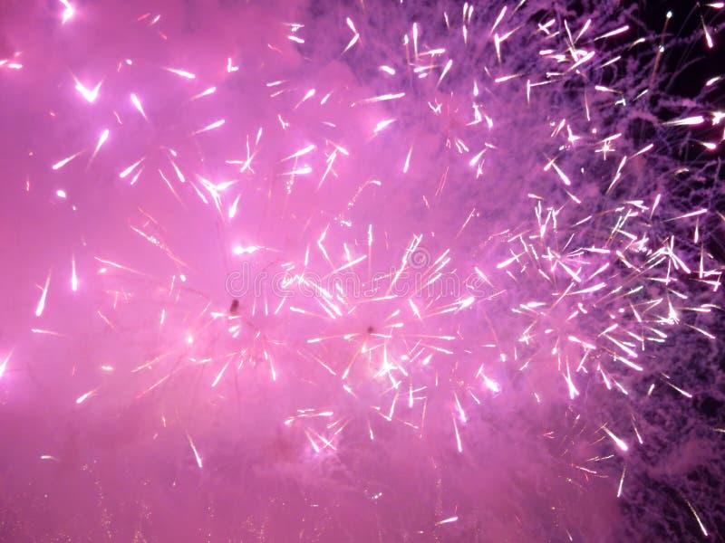 Juli fjärde purpurfärgade fyrverkerier royaltyfria bilder