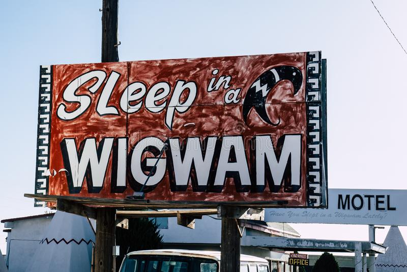 2. JULI 2018 - HOLBROOK ARIZONA: Retro- Zeichenlesungs-` Schlaf in einem Wigwam ` für das Wigwammotel auf Route 66 stockbilder