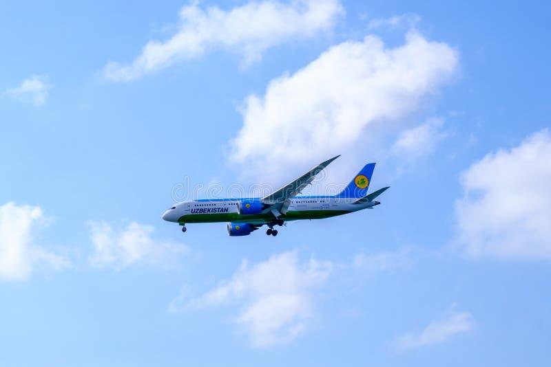 11 juli, 2018, Istanboel, Turkije Boeing-787 landt het vliegtuig van Oezbekistan bij Ataturk-Luchthaven royalty-vrije stock afbeeldingen