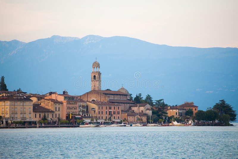 Juli 7, 2013 italy Staden av Salo på kusterna av Sjö Lago di Garda i sommar, den Lombardy regionen royaltyfri fotografi