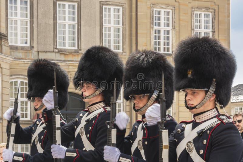 9 juli 2018 - Koninklijke het Levenswachten voor Amalienborg-Paleis, Kopenhagen, Denemarken, Europa royalty-vrije stock foto's