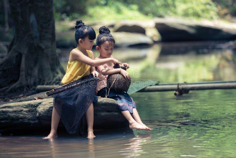 06 Juli 2018 Laos Vientiane De zuster met zuster heeft een mooie tim stock afbeelding