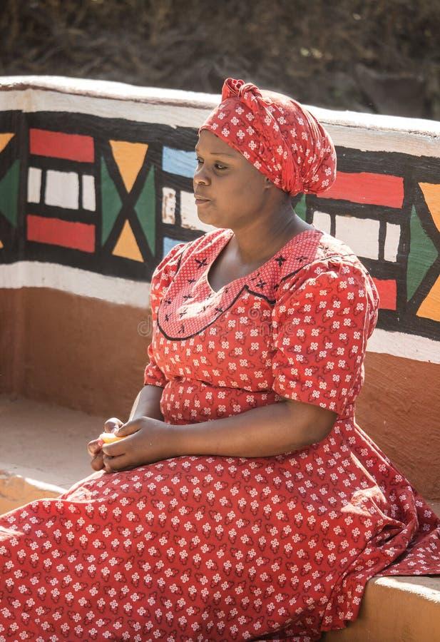04 Juli, 2015 - Lesedi, Sydafrika Kvinna i etnisk kläder fotografering för bildbyråer