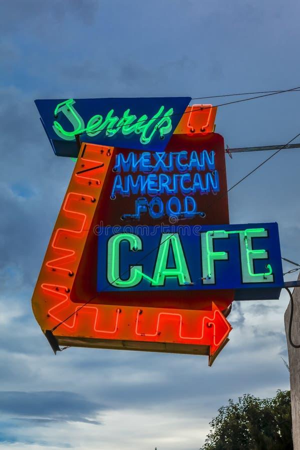21. Juli 2016 - Leuchtreklame für 'Jerrys-Café' - mexiko-amerikanisches Café - Gallup, New Mexiko, altes Route 66 lizenzfreie stockbilder