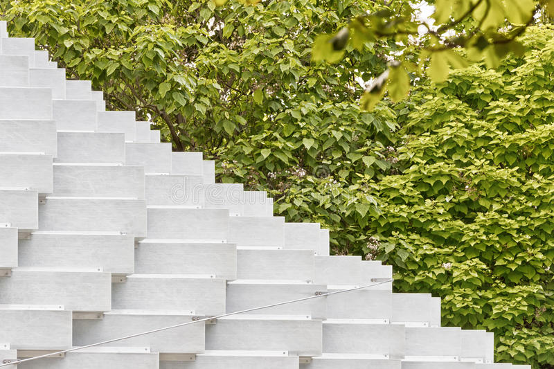 Juli 2016 - London, England: Serpentine Gallery Pavilion, D royaltyfri fotografi