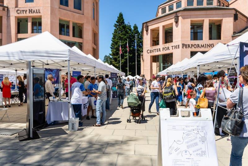 Juli 16, 2019 Mountain View/CA/USA - folk som besöker teknologin för att ställa ut, en-dag en utomhus- händelse var lokal tech arkivfoto