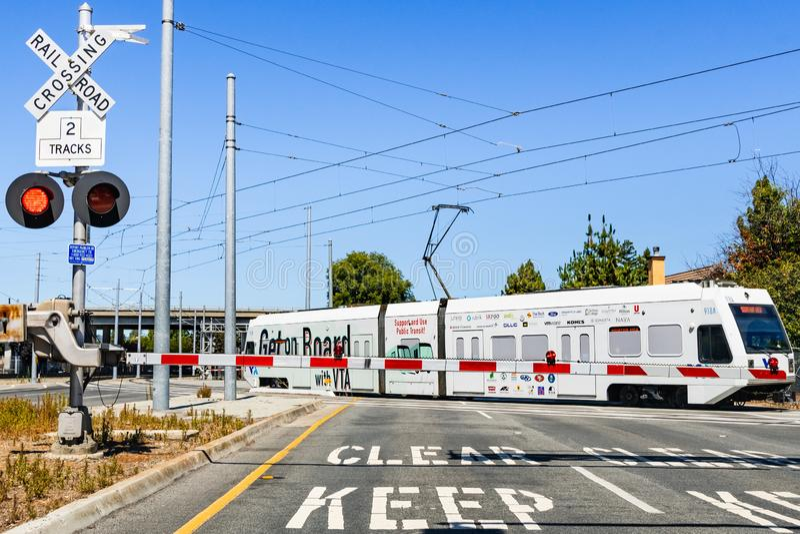 16. Juli 2019 Mountain View/CA/USA - wartend an einer Sperre einen VTA-Zug, um in Süden San Francisco Bay zu überschreiten; VTA-L lizenzfreies stockfoto