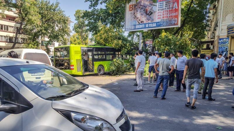 Juli, 2019, Oezbekistan, Tashkent ongeval Verkeerongeval stock afbeeldingen