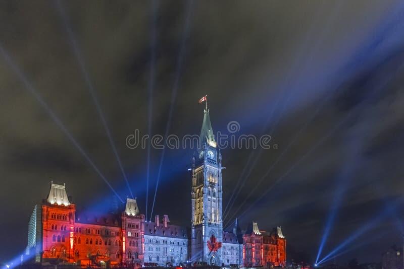 15 juli, 2015 - Ottawa, Ontario - Canada - Canadese Parlementsgebouwen bij nacht royalty-vrije stock fotografie