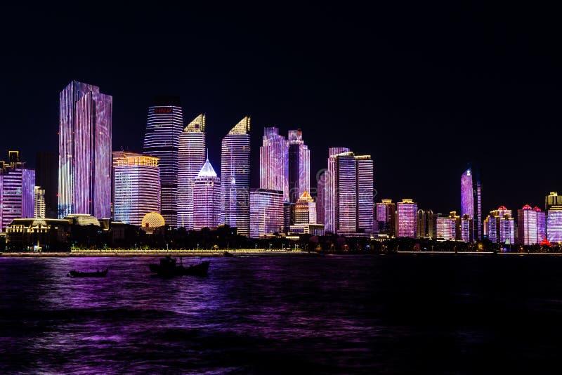 Juli 2018 - Qingdao, China - nieuwe lightshow van Qingdao-horizon leidde tot voor de SCO-top stock foto's