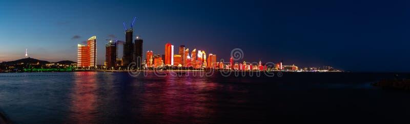 Juli 2018 - Qingdao, Kina - den nya lightshowen av Qingdao horisont som skapas för SCO toppmötet royaltyfri bild