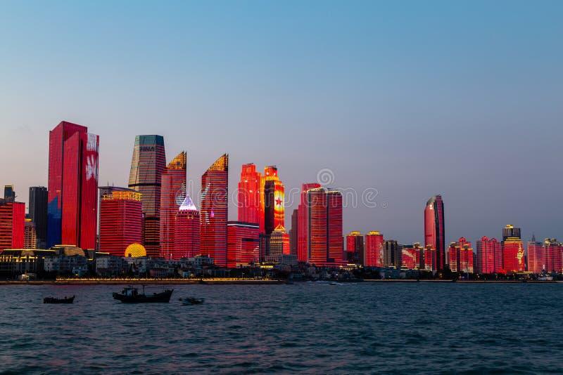 Juli 2018 - Qingdao, Kina - den nya lightshowen av Qingdao horisont som skapas för SCO toppmötet royaltyfria foton