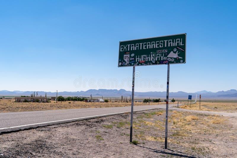 JULI 4 2018 - RACHEL, NEVADA: Gränsmärketecknet för den utomjordiska huvudvägen täckas i klistermärkear arkivbilder