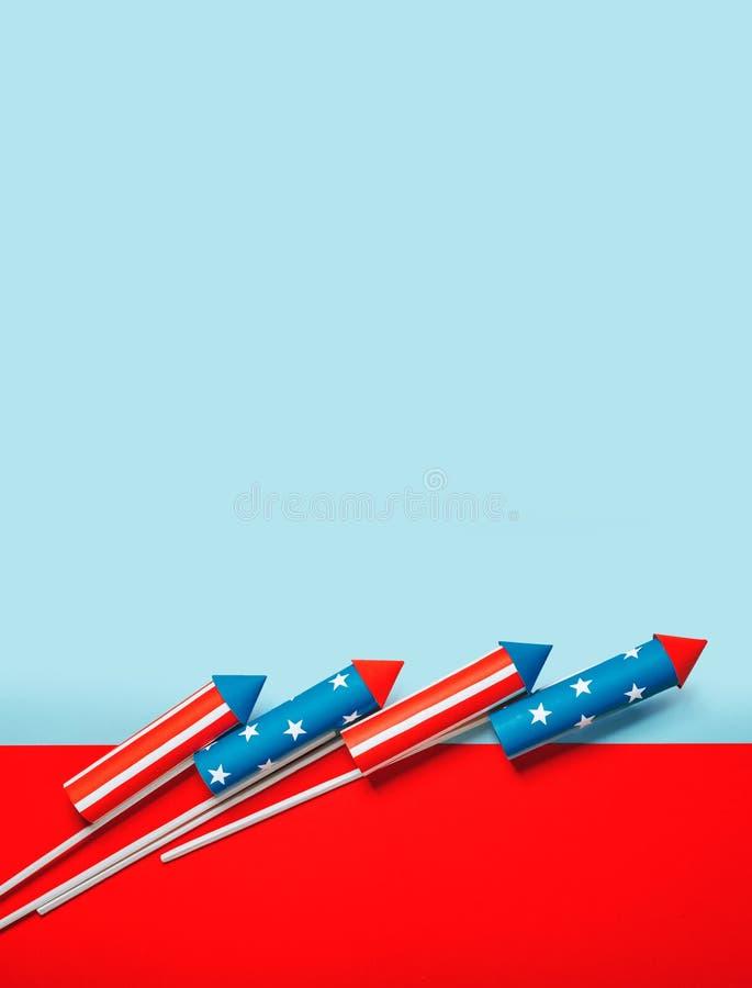 Juli 4, raket för fyrverkerier på en blå röd bakgrund med utrymme för text i stilen av minimalism stock illustrationer