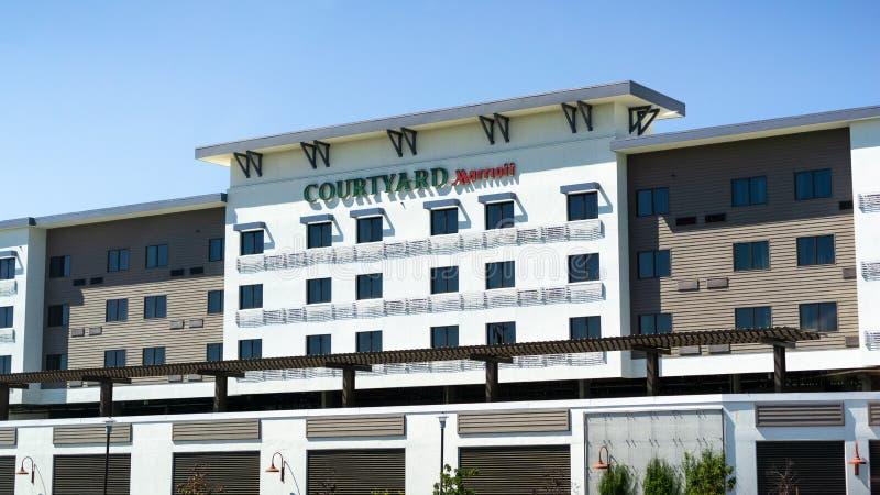 4. Juli 2019 Redwood City/CA/USA - Außenansicht von Hof Marriott-Hotel lizenzfreie stockfotografie
