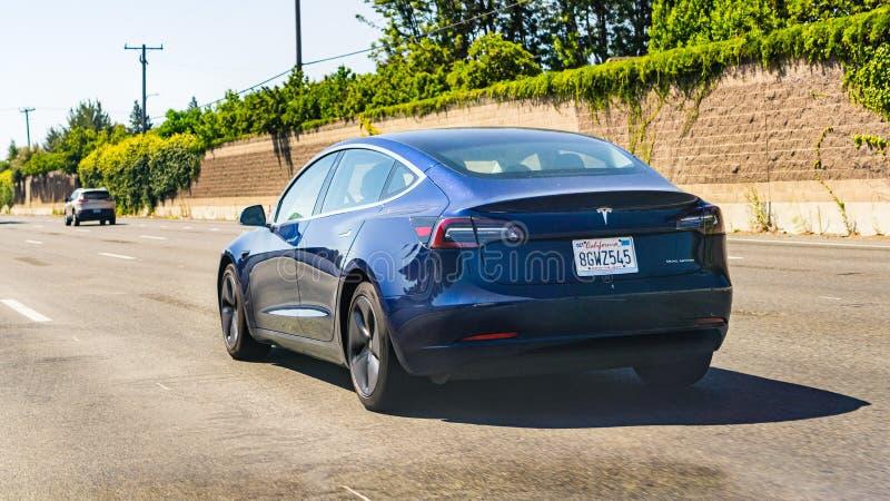 4. Juli 2019 Redwood City/CA/USA - die vorbildlichen 3 Tesla, das auf die Autobahn in San- Francisco Baybereich fährt lizenzfreies stockfoto