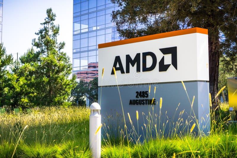 Juli 31, 2018 Santa Clara/CA/USA - AMD logo på ingången till kontoren som lokaliseras i Silicon Valley, södra San Francisco Bay arkivfoton