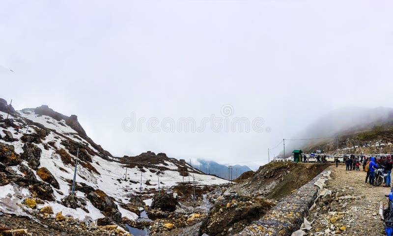 Juli 2018, Sikkim, Indien En bred vinkelsikt av Baba Harbhajan Mandir under dagtid Denna är en mycket populär turist- dragning in arkivfoton
