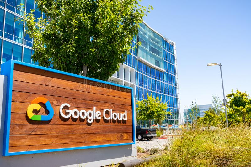 19. Juli 2019 Sunnyvale/CA/USA - schließen Sie oben von Google Cloud-Zeichen, das vor ihren Hauptsitzen in Silicon Valley angezei stockfotografie