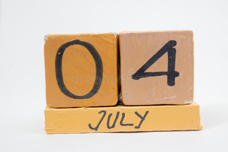 4. Juli Tag 4 des Monats, handgemachter hölzerner Kalender lokalisiert auf weißem Hintergrund Sommermonat, Tag des Jahrkonzeptes lizenzfreies stockbild