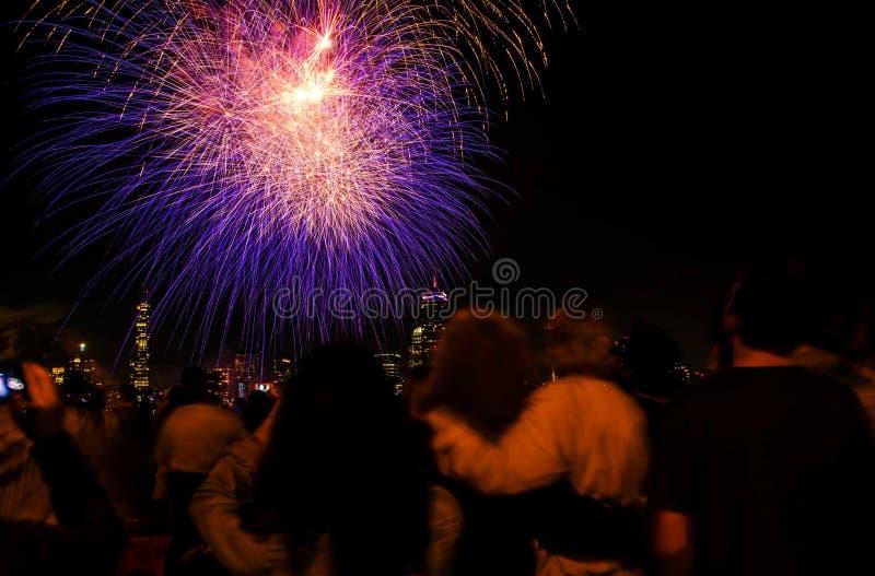 Juli 4th fyrverkerier från Boston Charles River royaltyfri foto