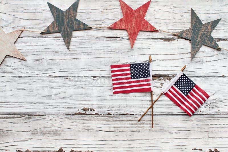 Juli 4th lantlig bakgrund med stjärnor och amerikanska flaggan royaltyfria bilder