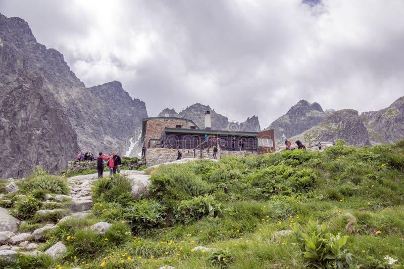 Juli 6, 2017, turister i den nationella Studena för naturreserv dolinaen framme av den Tery stugan, Slovakien högst berg fotografering för bildbyråer