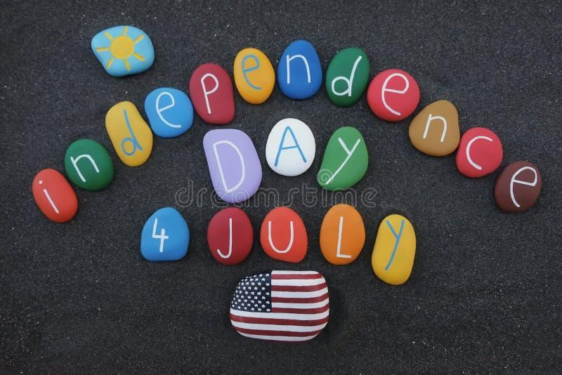 4. Juli Unabhängigkeitstag mit farbigen Steinen über schwarzem vulkanischem Sand lizenzfreies stockfoto