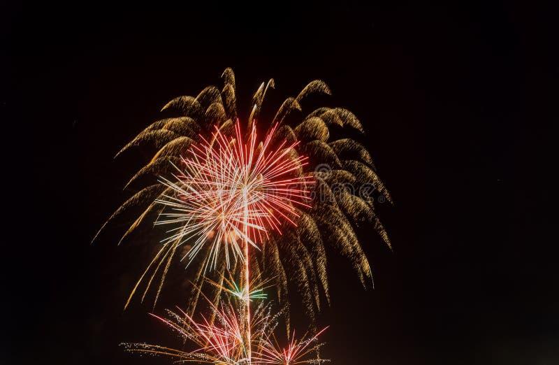 4 Juli-vuurwerk Vuurwerkvertoning op donkere hemelachtergrond stock afbeeldingen
