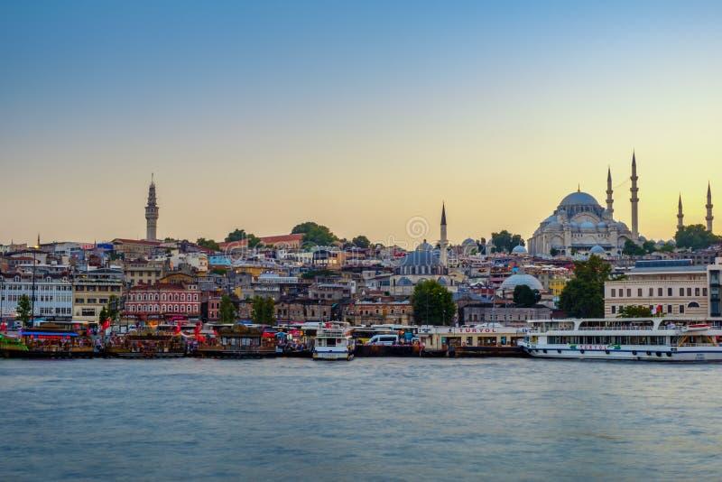 20 juli, 2018, Zonsondergang in Istanboel, Turkije Mening van de de Suleymaniye-Moskee en Eminony-Pijler stock foto