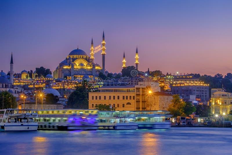 20 juli, 2018, Zonsondergang in Istanboel, Turkije Mening van de de Suleymaniye-Moskee en Eminony-Pijler stock afbeelding