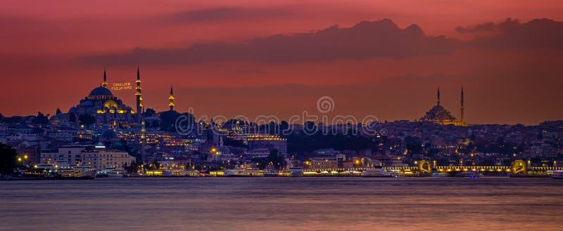 20 juli, 2018, Zonsondergang in Istanboel, Turkije Mening van de de Suleymaniye-Moskee en Eminony-Pijler stock afbeeldingen